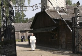 36B0FA7700000578-3714136-Pope_Francis_walks_through_a_gate_with_the_words_Arbeit_macht_fr-a-15_1469778278268