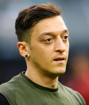 Mesut_Özil_at_Baku_before_2019_UEFA_Europe_League_Final